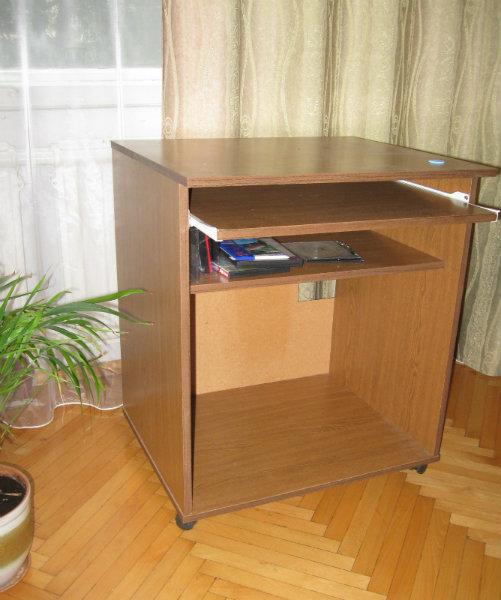 Продам Компьютерный стол на колёсиках