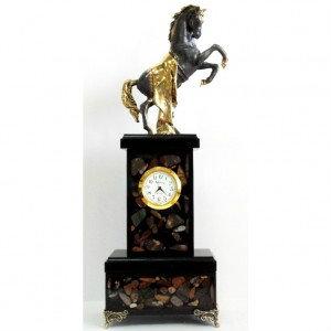 Продам: Часы из камня Жеребец с золотой попоной