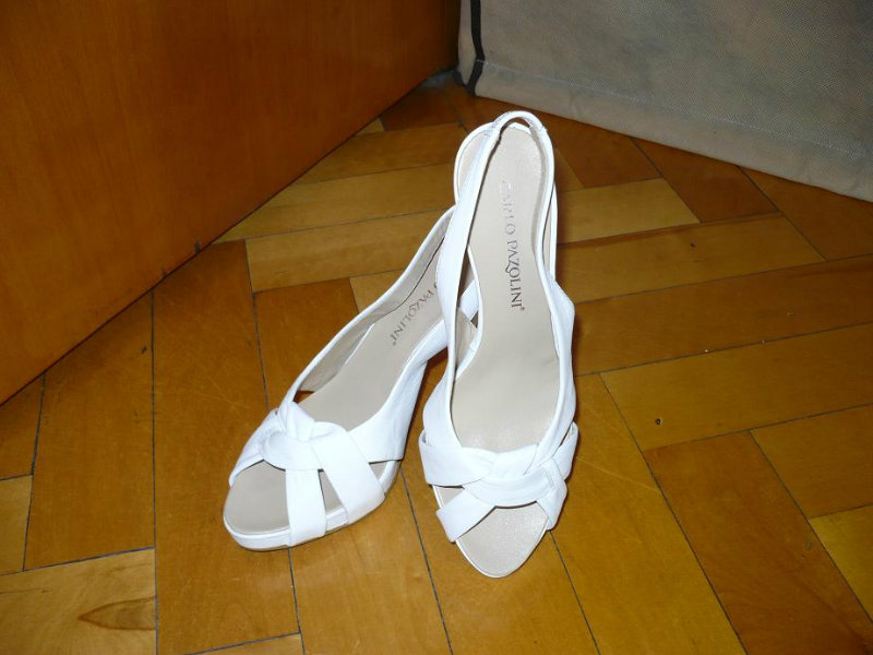 Продам: Белые босоножки женские на каблуке