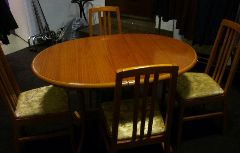 Продам: Комплект: обеденный стол + 4 стула
