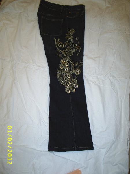 Продам: Джинсы с вышивкой и стразами