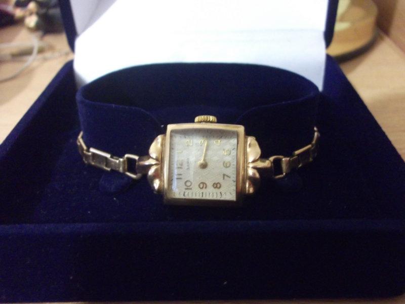 Продам: женские золотые часы Заря