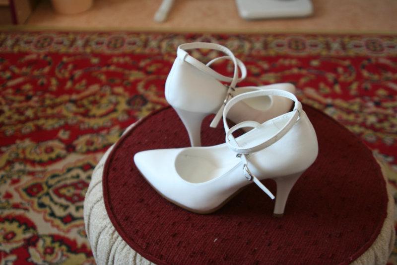 Продам белые новые туфли