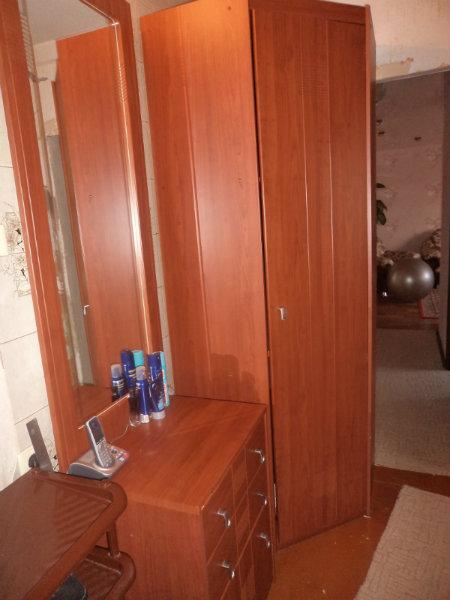 Продам угловой шкаф и тумба с зеркалом