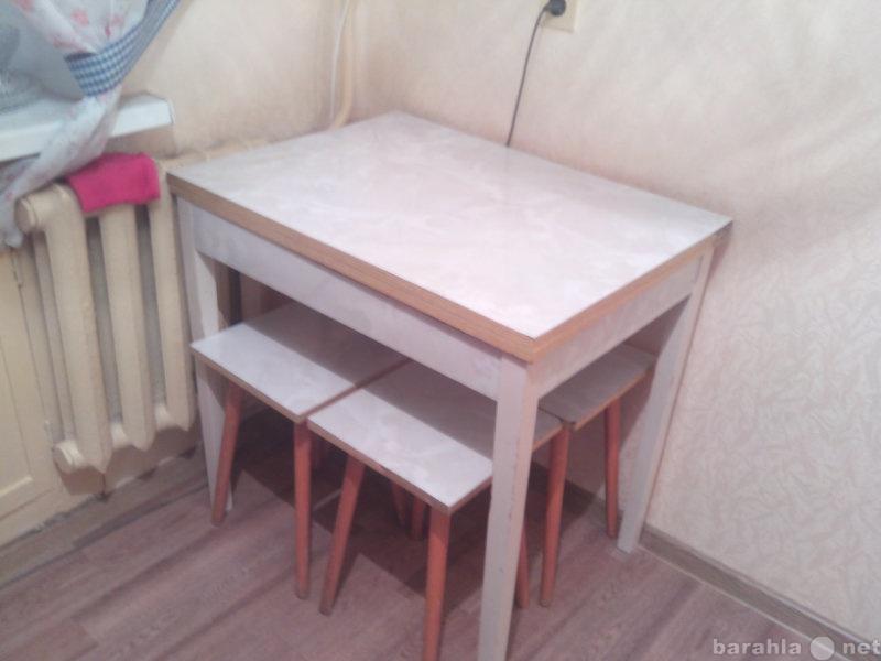 Продам: Стол кухонный и 4 табурета