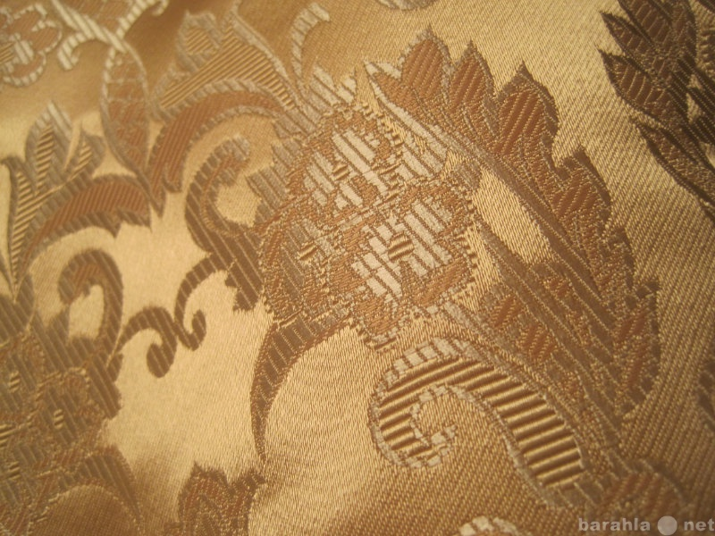 Продам Отрез плотной ткани с золотистыми узорам