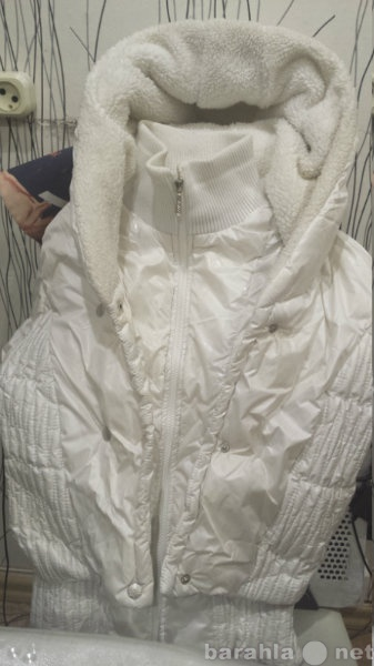 Продам Куртка белая с капюшоном на белом меху